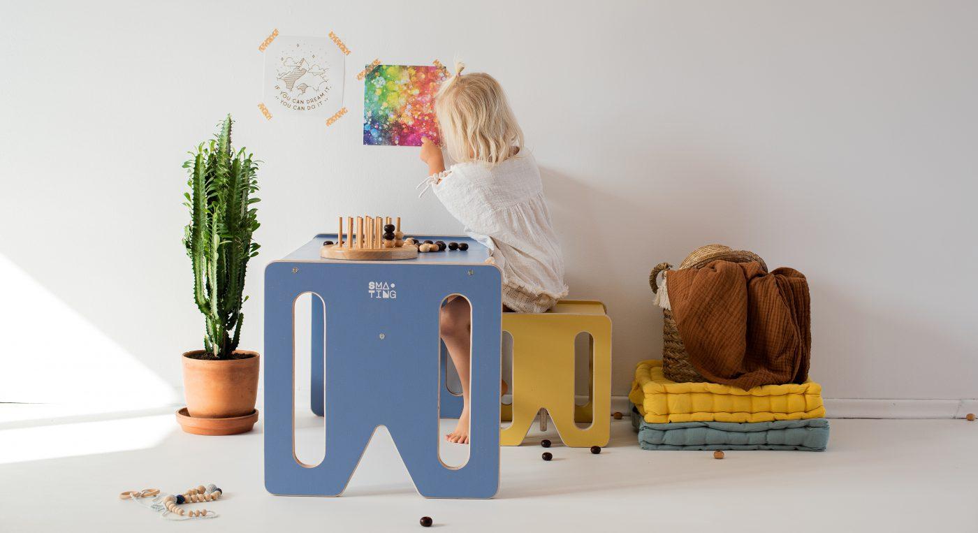 Mebelki edukacyjne dla dzieci ze sklejki kubi. Laweczka Bluewin, krzesełko kubi.mini, bawiąca się dziewczynka