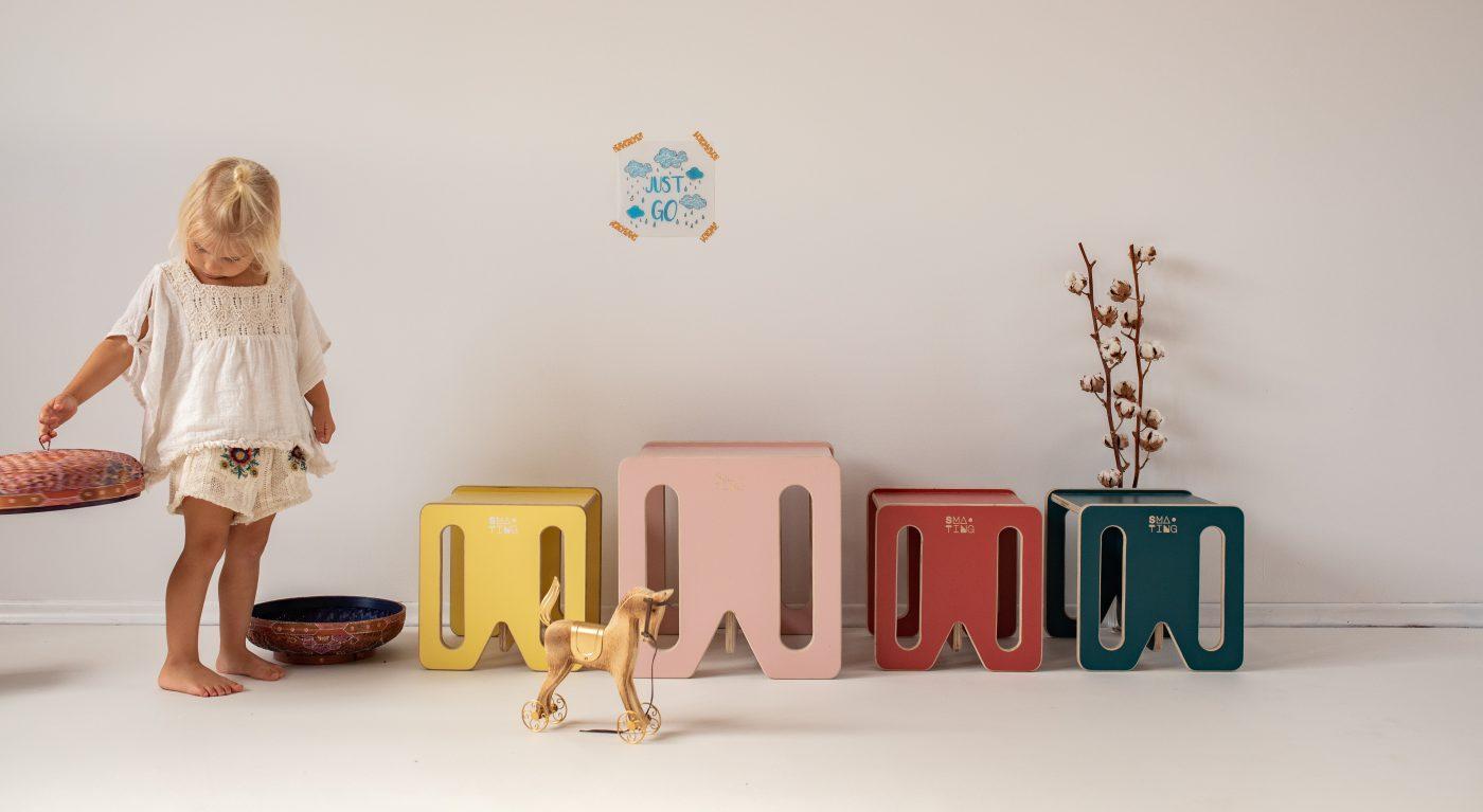 Mebelki edukacyjne dla dzieci ze sklejki kubi. Krzesełka stoliki KUBI MINI i MAX w różnych kolorach.